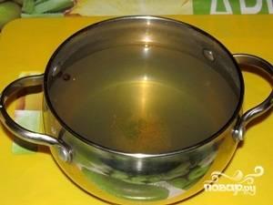 Рассол слить, процедить. Добавить сахар, немного воды, кипятить 2 минуты, добавить лимонку.