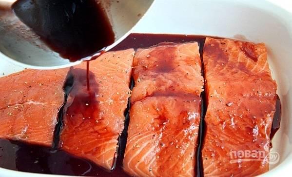 2. Выложите рыбку в жаропрочную форму, смазанную маслом. Соедините сок, соевый соус и коричневый сахар. Добавьте соль и перец, вылейте все на рыбку.