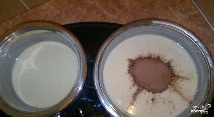 В одну часть добавляем какао-порошок и тщательно перемешиваем. Теперь нам необходимо, чтобы наше желе немного остыло до комнатной температуры.
