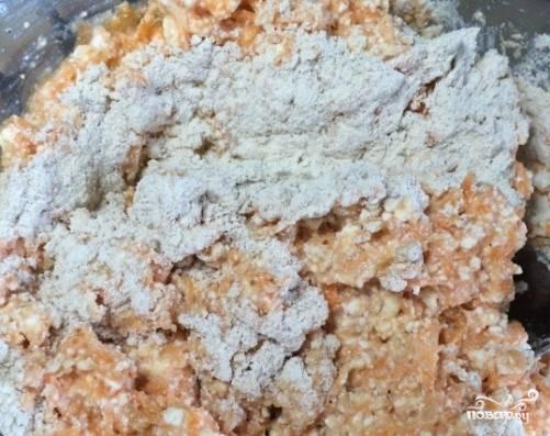 Дальше добавляем муку, ваниль и корицу. Перемешиваем. Форму для выпечки смазываем маслом, перекладываем в нее творожно-морковную массу.