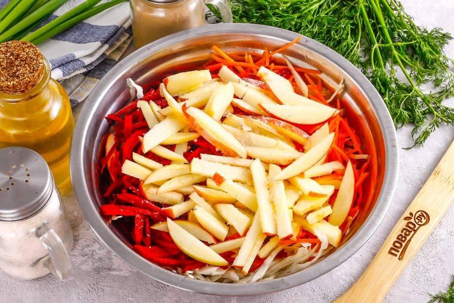 Яблоки промойте в воде, разрежьте на четвертинки и вырежьте семенные блоки. Нарежьте брусочками и добавьте к остальным ингредиентам. Сразу же влейте на яблоки лимонный сок, чтобы они не потемнели. Всыпьте соль.