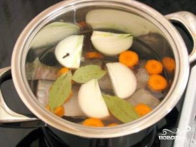 Снимите с бульона пену и уменьшите огонь. Бульон должен варится на медленном огне - тогда он останется прозрачным. Варите бульон 2,5 часа. Через час варки добавьте в бульон соль, очищенную морковь, очищенную луковицу, лавровый лист и перец горошком. Через 10 минут после добавления овощей положите в кастрюлю филе судака и оставьте на 20 минут. Через 20 минут достаньте и аккуратно отделите мясо от костей (кости можно вернуть в бульон).