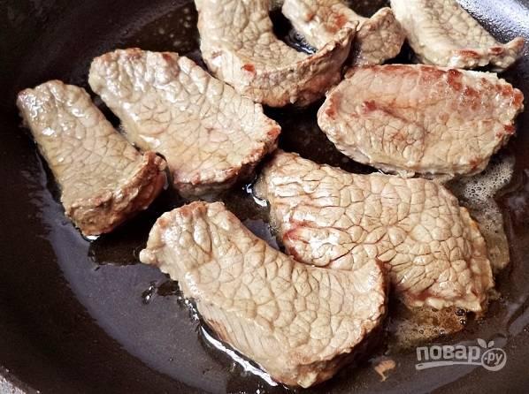 3. Выложите на сковороду с маслом и обжарьте на сильном огне до образования корочки.