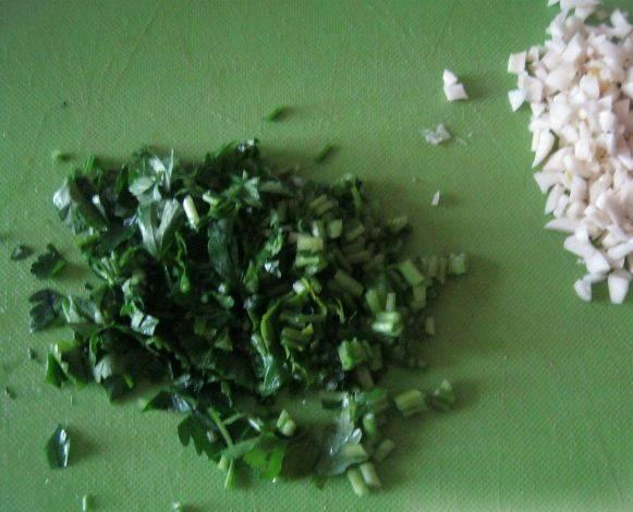 Измельчаем зелень и чеснок.