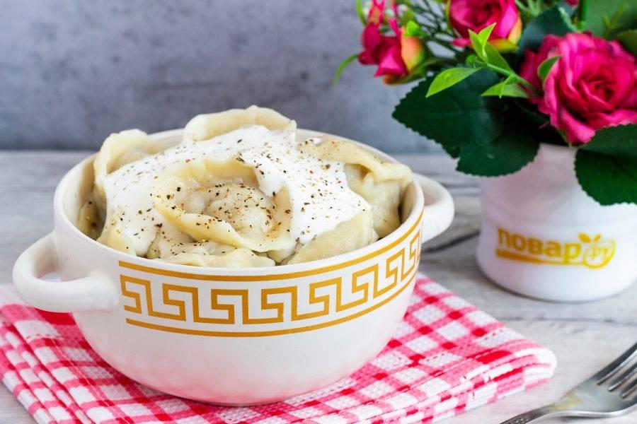 Подавайте со сметаной, свежемолотым перцем и бульоном. Приятного аппетита!