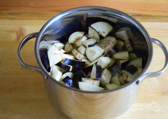 9. Выложите баклажаны и огурцы в кастрюлю. Влейте масло и уксус.