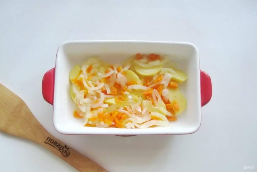 После выложите овощи в огнеупорную форму и немного посолите. Можно добавить специи.