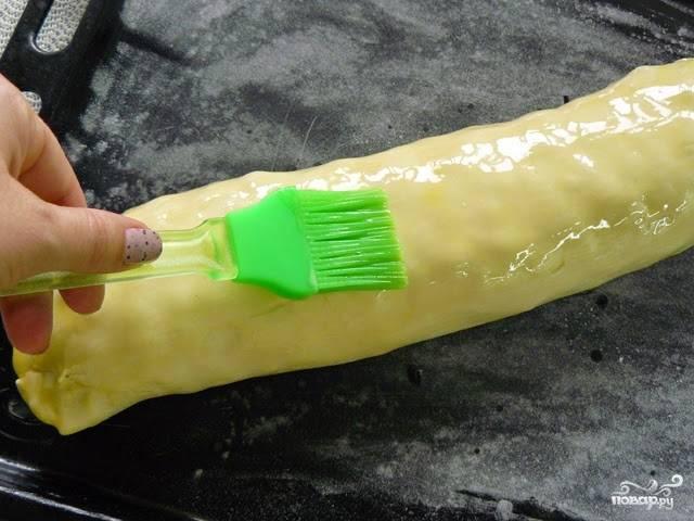 Выложите штрудель на противень (местом скрепления вниз). Растопите оставшееся сливочное масло, смажьте им штрудель. Отправьте в духовку минут на 25-30. Пускай запекается до румяного цвета. Можете еще смазать сливочным маслом в процессе выпекания.