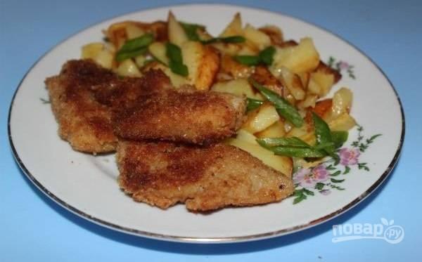Обжарьте рыбу в разогретом масле с обеих сторон 5 минут. Подавайте блюдо с гарниром. Приятного аппетита!