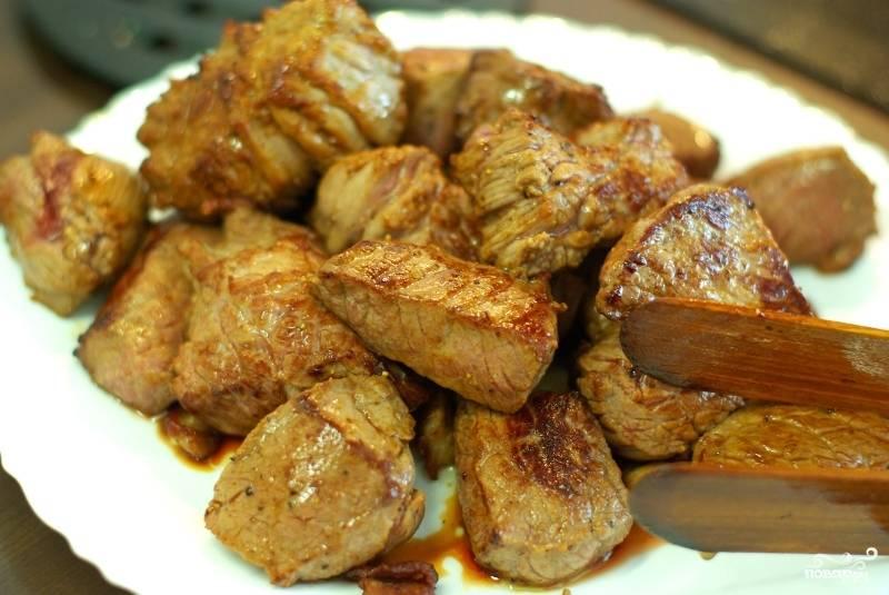 Мясо обжариваем на сильном огне до аппетитной золотистой корочки.