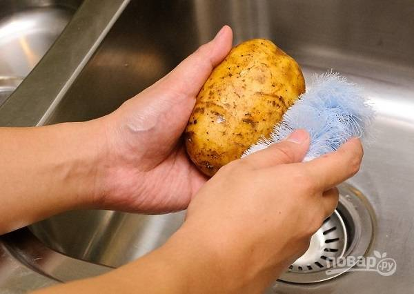 1. Картофель вымойте под проточной водой и потрите чистой щеточкой.