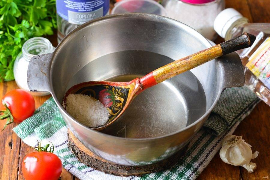 Слейте воду в миску или кастрюлю, сварите маринад с добавлением сахара, соли. Когда маринад закипит, влейте уксус, водку и сразу снимите с огня.
