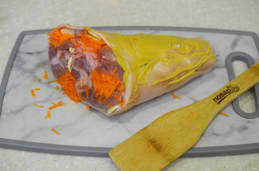 4. Намажьте рульку горчицей, заверните в фольгу и оставьте мариноваться на несколько часов.