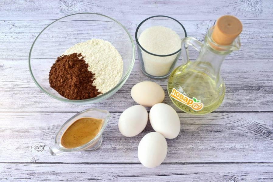1.    Подготовьте необходимые продукты для теста. Кофе заварите в кипящем молоке, дайте постоять 5 минут, процедите. Какао и муку просейте в миску, перемешайте.
