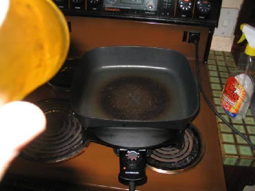 Разогреваем сковороду (желательно тефлоновую).