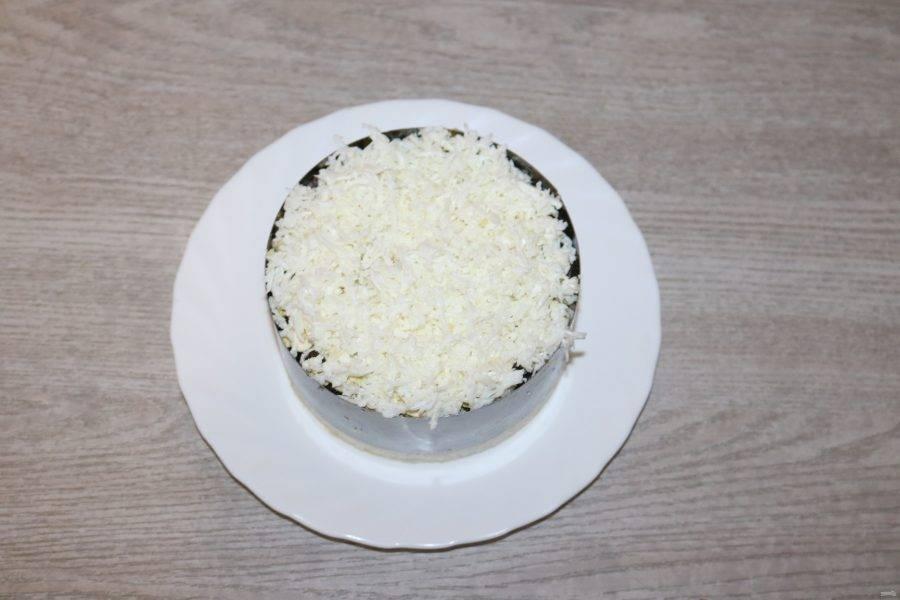 И последний шестой слой - натёртые на мелкой тёрке белки. Оставьте салат на 30 минут для пропитки.