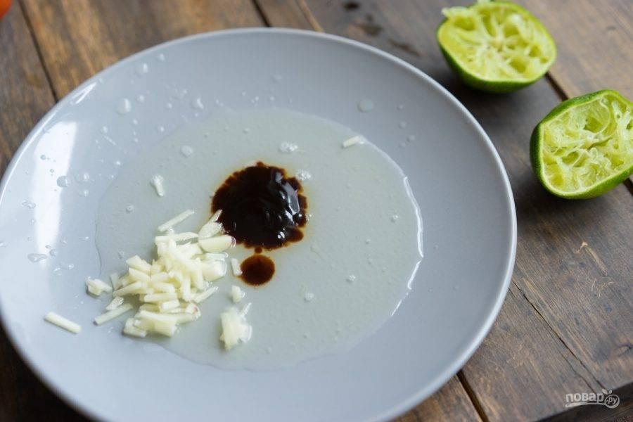 Перемешайте в миске сок одного лайма, чеснок и соус.