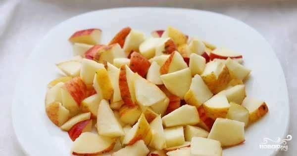 Яблоки вымойте и очистите от кожуры (по желанию). Затем удалите из них сердцевинку и семечки. Нарежьте фрукты на равномерные кубики. Изюм промойте под проточной водой и отбросьте на дуршлаг, чтоб стекла лишняя жидкость. Смешайте изюм с яблоками и добавьте по вкусу корицу и ванилин.