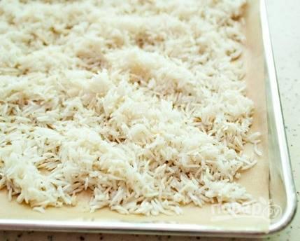 Вскипятите 4 литра воды. Добавьте в неё 2 чайные ложки соли и рис. Отварите его до готовности (примерно в течение 8 минут). Затем рис распределите на листе, чтобы он охладился.