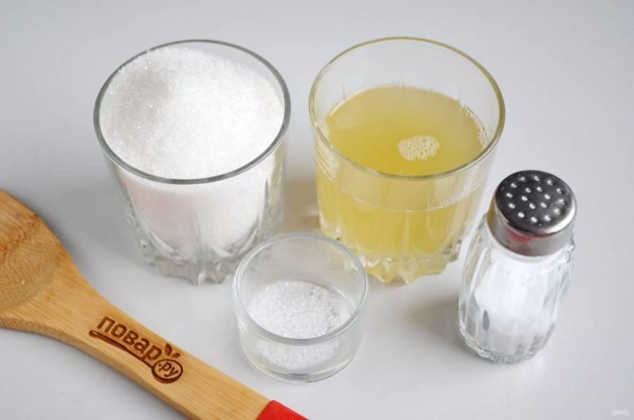 1. Подготовьте согласно списку продукты. Если используете жидкость от консервированного горошка, то соль не нужна, ее там достаточно. Жидкость обязательно процедить.