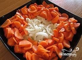 Лук и морковь почистить и порезать - довольно крупно.