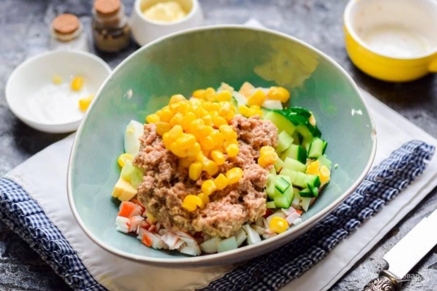Следом добавьте в салат кукурузу.