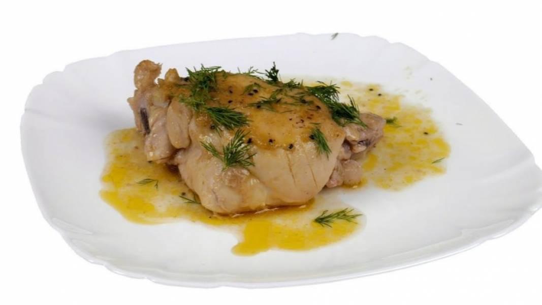 3. Отправьте курицу в разогретую до 190 градусов духовку на 50 минут. Готовое блюдо оставьте на 15 минут, чтобы соки равномерно распределились. Снимите рукав и подавайте курицу. Приятного аппетита!