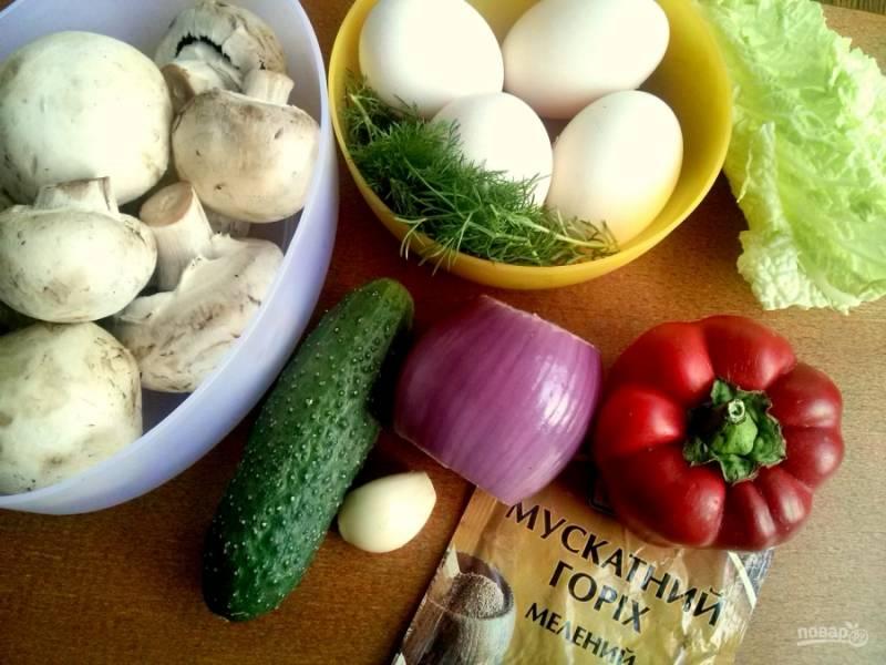Подготовьте ингредиенты: яйца отварите вкрутую. Огурец, листья пекинской капусты, зелень и грибы промойте холодной водой, обсушите бумажными полотенцами. Лук и чеснок очистите.