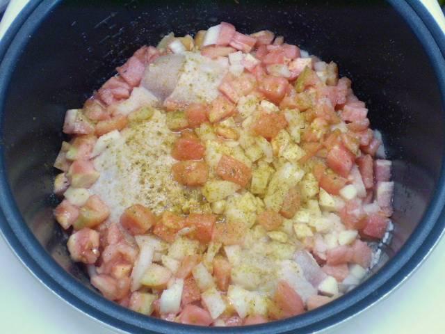Сложите все продукты в кастрюлю мультиварки. Добавьте соль и специи.