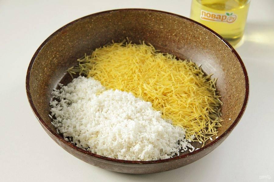 Налейте в сковороду масло. Прогрейте его, затем положите вермишель и промытый рис.