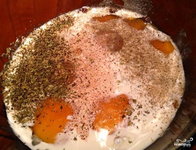 Приготовим заливку. Смешиваем яйца, соль, перец, сливки и прованские травы. Взбиваем массу венчиком.