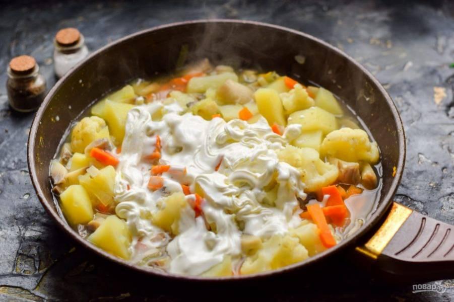 После добавьте в сковороду сметану, перемешайте и тушите еще 10 минут. Готовое рагу подавайте к столу.
