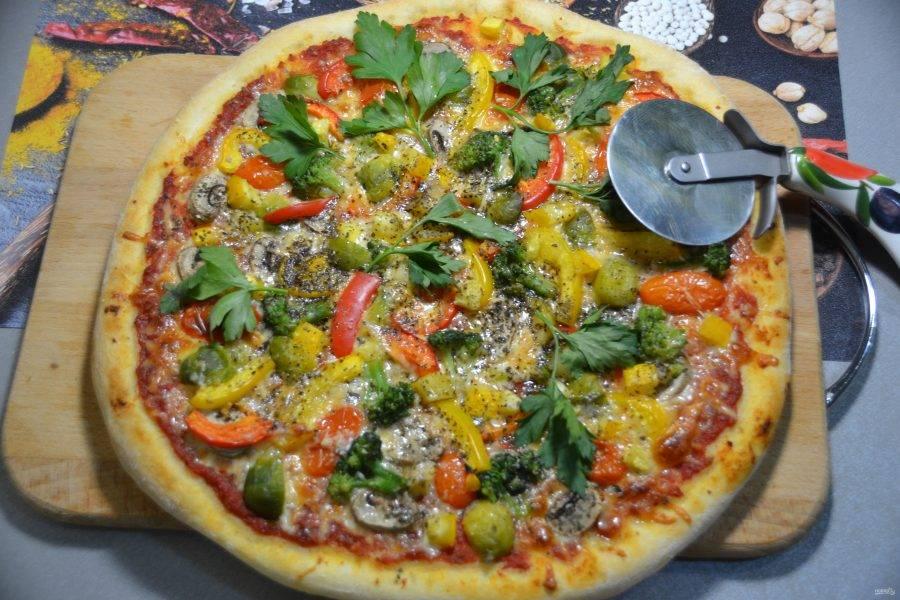 Пицца выпекается при максимальной температуре (250 градусов) в течение 10 минут и 15 минут при температуре 150 градусов. Готовую пиццу украсьте петрушкой или листочками свежего базилика.