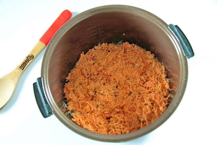 Сверху ровным слоем уложите приготовленную раннее морковную массу.