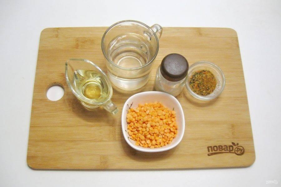 Подготовьте все необходимые продукты для блинов из чечевицы.