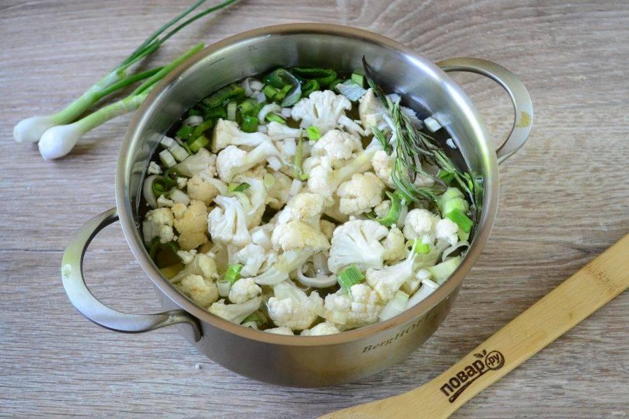 Залейте овощи водой, чтобы покрыла их, и отправьте на огонь. Варите 30-40 минут, чтобы все овощи стали мягкими.