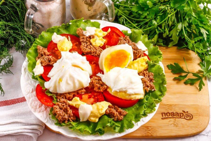 Аккуратно извлеките яйца пашот из воды, удалите пленку и выложите их на тарелку. Добавьте майонез любой жирности, соус.