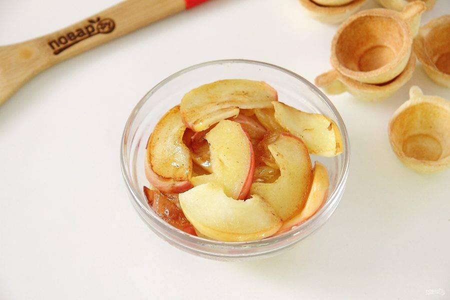 3. Растопите на сковороде сливочное масло, добавьте нарезанные яблоки и слегка обжарьте до мягкости. Переложите готовые яблоки в миску и дайте немного остыть.