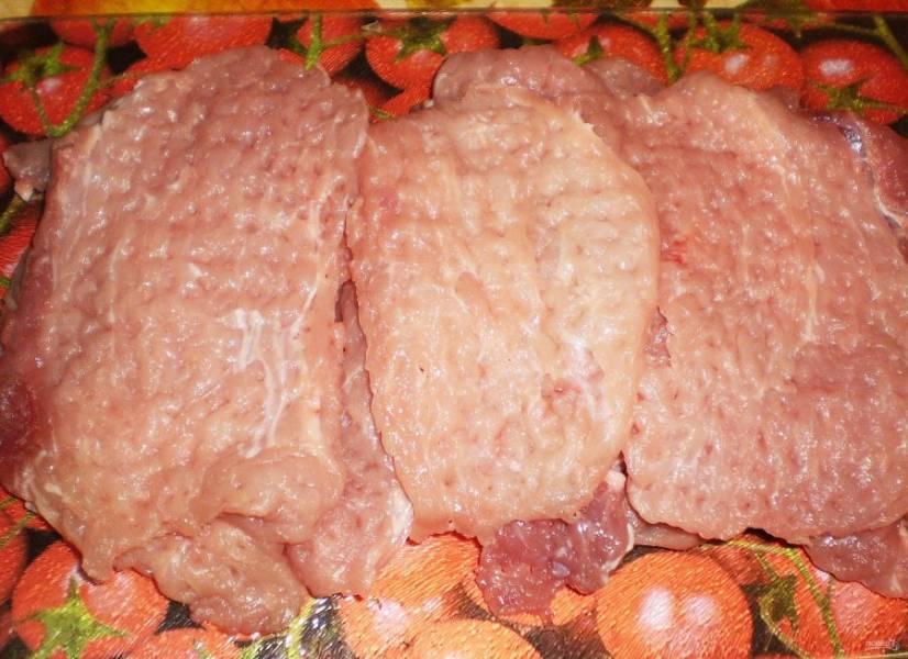 3. Отбиваем мясо с обеих сторон кухонным молотком. Обычно из килограмма вырезки у меня получается около 12 отбивных.