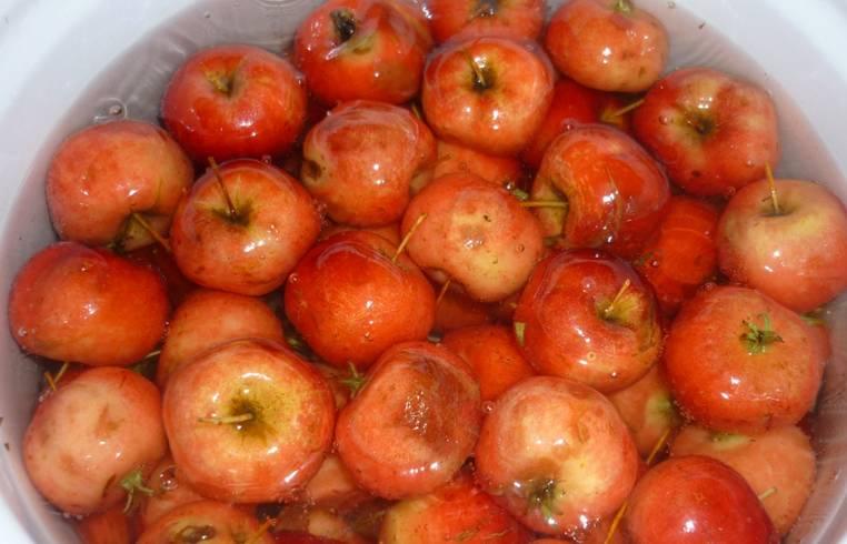 Кипятим воду, и перекладываем яблоки в кастрюлю с кипящей водой на 5 минут. Затем снимаем с огня и охлаждаем холодной (при помощи холодной воды).