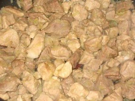 После того, как кусочки мяса начнут зарумяниваться, добавляем к мясу лук. Перемешиваем и обжариваем минут 7-8 на среднем огне.