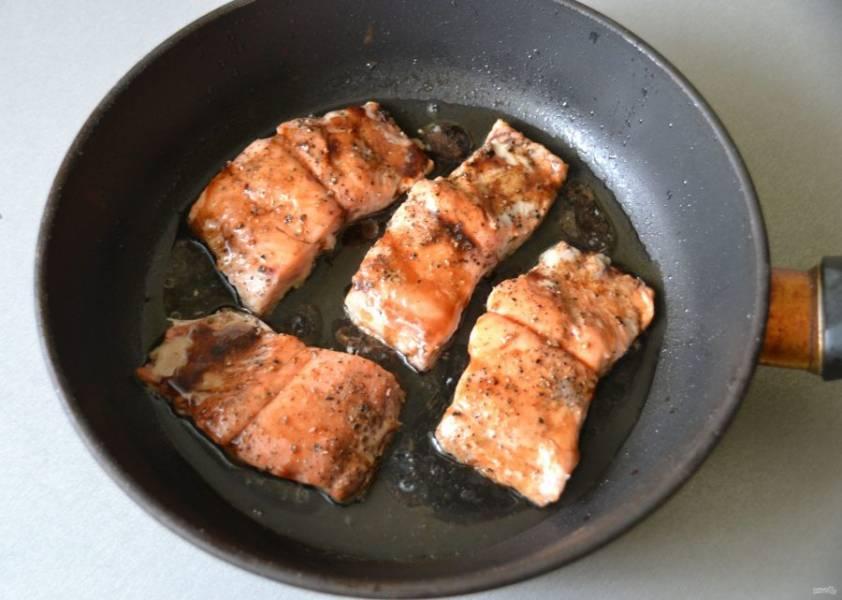 Перед тем, как перевернуть лосось, полейте его смесью с бальзамическим уксусом.