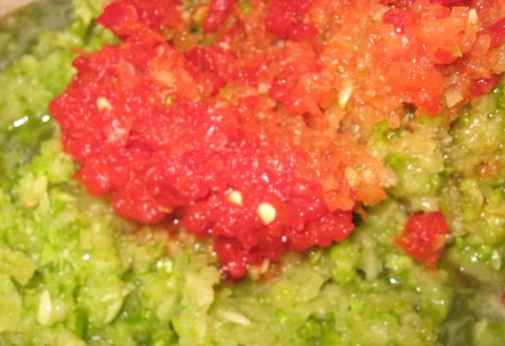 Сладкий перец очищаем от семян и плодоножек, пропускаем через мясорубку.