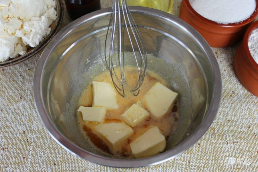 Добавляем мягкое сливочное масло и ванильную настойку. (Можно любой ароматный алкоголь, на ваш выбор). Все перемешиваем.