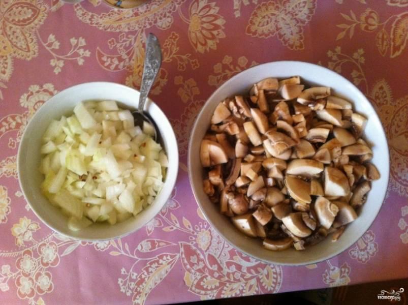 Отварите гречку до готовности, воду слейте. Затем обжарьте гречку на сухой сковороде 5-7 минут. Репчатый лук и грибы мелко нарезаем.