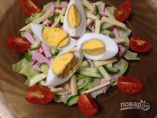 Помидоры черри и яйца нарежем на 4 части и красиво выложим на тарелку. Посыпаем солью и поливаем заправкой - оливковое масло с лимонным соком или майонезом. Салат готов.