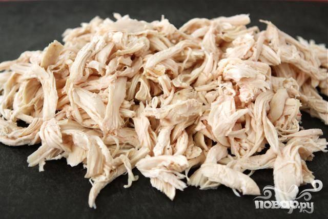 2. Запекать курицу 35-45 минут. После приготовления дать курице остыть на разделочной доске, а затем измельчить куриное мясо.