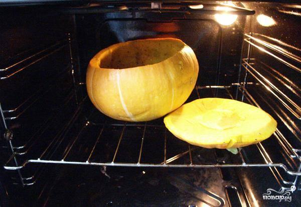Ставим тыквенную кастрюльку и крышку в духовку и запекаем 1 час при 180 градусах.