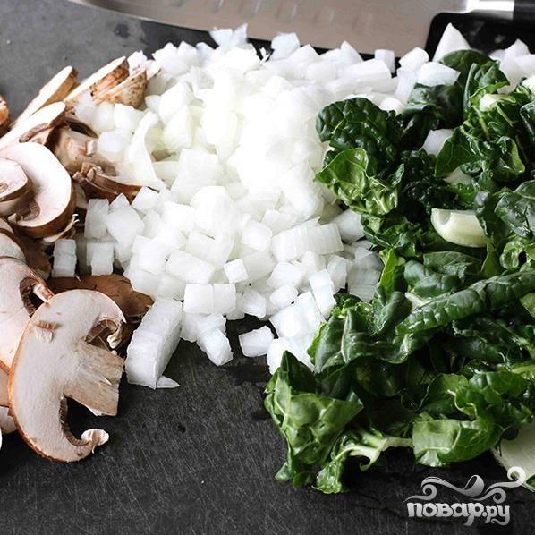 Порежьте капусту (белую и зелёную части), лук и грибы.