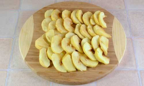 Яблоки порежьте дольками.